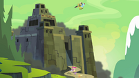 Ponies flee the fortress S4E04