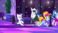 Rarity sees teenage ponies entering the dance floor S6E9