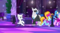 Rarity sees teenage ponies entering the dance floor S6E9