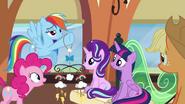 S06E01 Rainbow pokazuje karuzelę do łóżeczka