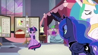 Twilight's joke fails to land with princesses S9E17