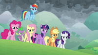Twilight standing alongside her friends S9E25