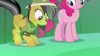 Pinkie and Daring Do reach the chasm's center S7E18
