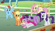 S05E19 Pinkie i Twilight czytają gazetę