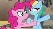 S07E18 Rainbow opowiada Pinkie co A. K. Yearling zrobiła w Somnambuli