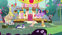 Twilight sees her friends trying to make a party S5E11