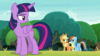 Applejack sticking up for Rainbow Dash S8E9