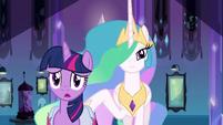 Princesa Celestia atrás de Twilight EG