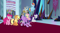 Twilight stays standing on her hooves S9E2