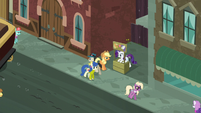 Applejack and Rarity on a Manehattan street corner S5E16