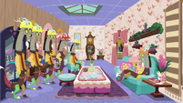 Discord and duplicates in decorated house S7E12