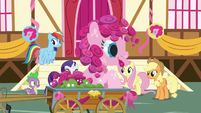Flower statue shaped like Pinkie Pie S8E18