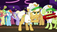 Goldie Delicious tossing a horseshoe S8E5