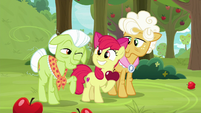 Granny Smith winking at Apple Bloom S9E10