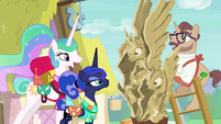 Princess Luna fixes Celestia sculpture's face S9E13