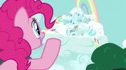 S06E15 Pinkie woła Rainbow