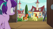 Filly Starlight walking to see Sunburst with his parents S5E26