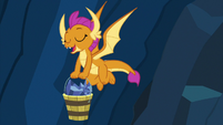 Smolder sings while carrying a bucket S9E3