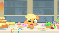 Applejack doesn't know what to eat first 3 S01E22