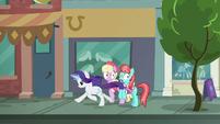Rarity rushing past Manehattanite ponies S8E4