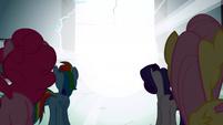 S01E02 Kucyki patrzą w stronę oślepiającego światła
