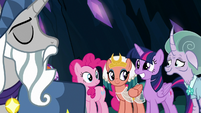 Twilight Sparkle grins at Star Swirl the Bearded S7E26