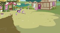 Twilight calls for Pinkie to come back S3E3