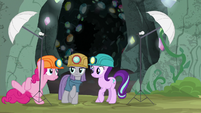 Pinkie sets up another photo light stand S7E4