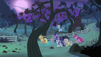 Ponies approaching the orchard S4E07