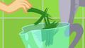 Applejack drops grass in a blender SS9.png