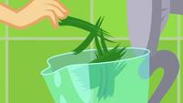 Applejack drops grass in a blender SS9