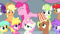 Pinkie spilling popcorn on other spectators S4E24