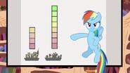 S02E22 Rainbow Dash wskazuje na diagram