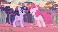Twilight no esta muy feliz de la fiesta sorpresa S1E1
