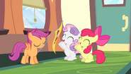 S04E24 Sweetie Belle i Apple Bloom klaszczą dla Scootaloo