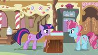 Twilight pushing cupcake box S2E03