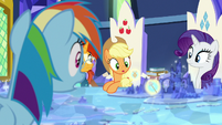 Rainbow Dash looking at image of Netitus S7E25