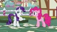 S07E09 Rarity opowiada Pinkie Pie o konkursie mody