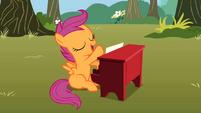 Scootaloo playing the piano S01E18