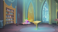Spike reading the comic book in the castle S4E06
