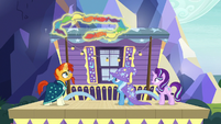 Sunburst levitating a chain of handkerchiefs S7E24