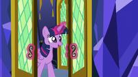 Twilight entering the castle throne room S8E23