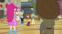 Sunset Shimmer nervosa ao perceber Pinkie e Applejack EG