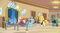 Rainbow Dash gives up her spot in line S8E5