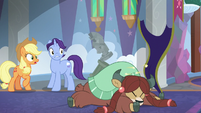 Applejack watching Yona fall over S8E1