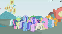 Crowd of ponies clamoring for the tickets S1E3