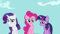Rarity, Pinkie e Twilight vendo a queda de Rainbow Dash 2 T2E16