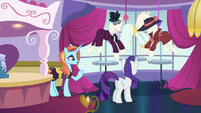 Rarity placing the mannequins S5E15