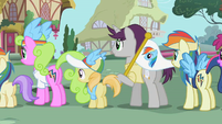 Ponies waiting for an autograph S02E08