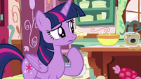 Twilight Sparkle watching Pinkie Pie bake S7E23